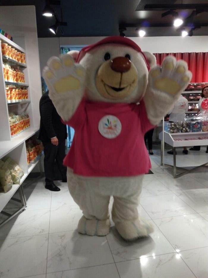 Bolo, el adorable oso de peluche ayudante de Santa Claus.