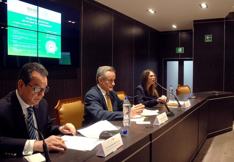 De izq. a derecha: Dr. Eduardo Jaramillo director general de Promoción de la Salud; Juan Rivera Dommarco, titular del INSP, y Arantxa Colchero, especialista del Centro de Investigación en Sistemas de Salud del INSP.
