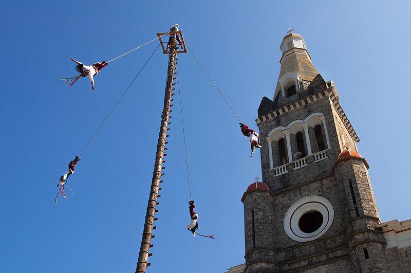 Voladores de cuetzalan por Sergio Becerril. Foto cortesía de ClickBus.