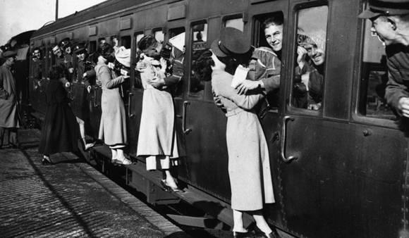 Imagen de 1935. Soldados británicos besan a sus novias en una estación ferroviaria.