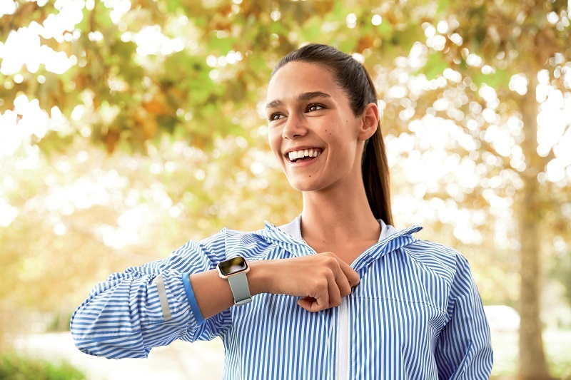 Fitbit_Versa_Lifestyle_Female_ZippingJacket
