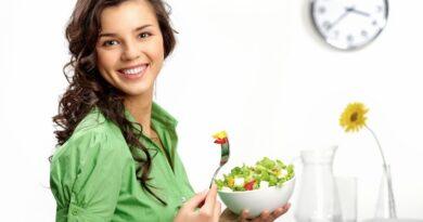 chica comiendo un plato con frutas