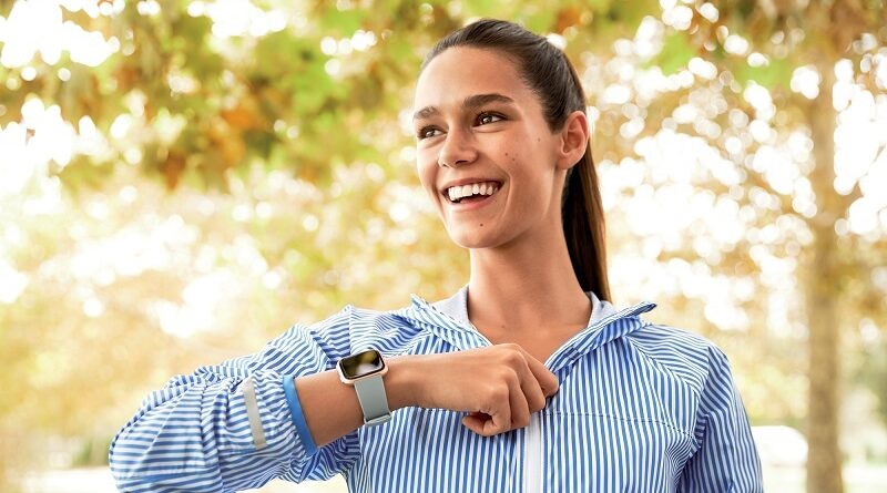 Fitbit_Versa_Lifestyle_Female_ZippingJacket